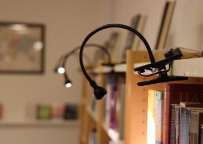 Bibliotek - Upplysta bokhyllor